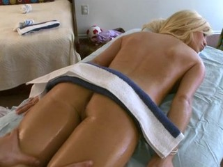 Delighting a sexy bombshell with sensual bodily rubs
